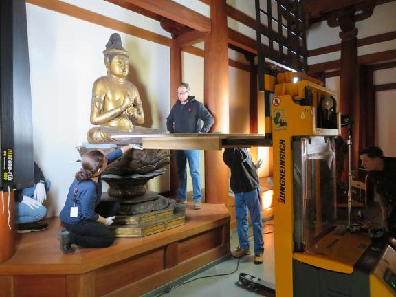 Deinstallation of the Dainichi sculpture from the Temple Room