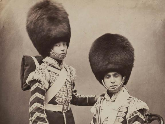 photograph of two mid-19th century British soldiers